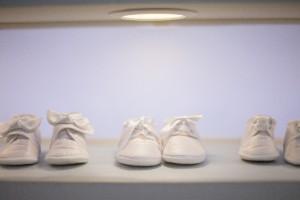 海外で人気の妊活のジンクス「玄関にベビーシューズを置く」